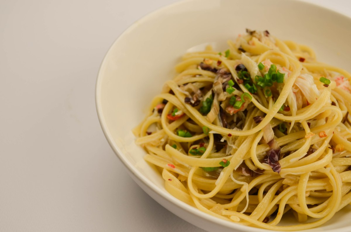 Linguine with crabmeat, radicchio and garlic