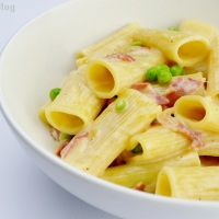 Rigatoni with smoked gouda, prosciutto and peas