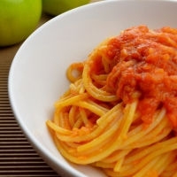 Spaghetti with tomato and apple sauce